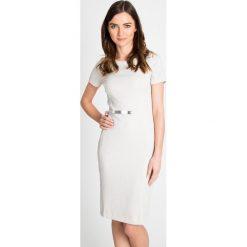 Ołówkowa sukienka z połyskiem QUIOSQUE. Szare sukienki damskie QUIOSQUE, z dzianiny, biznesowe, z klasycznym kołnierzykiem, z krótkim rękawem. W wyprzedaży za 99.99 zł.