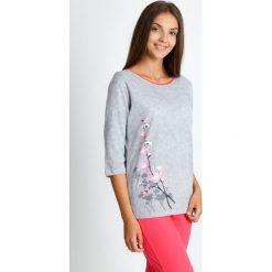 Piżama z koralowymi spodniami 3/4 QUIOSQUE. Pomarańczowe piżamy damskie QUIOSQUE, na jesień, z nadrukiem, z bawełny. W wyprzedaży za 79.99 zł.