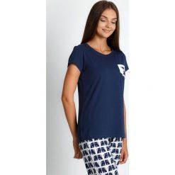 Granatowa piżama ze spodniami w koty QUIOSQUE. Białe piżamy damskie QUIOSQUE, z nadrukiem, z bawełny, z długim rękawem. Za 99.99 zł.