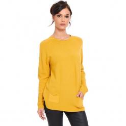"""Sweter """"Jamie"""" w kolorze musztardowym. Żółte swetry damskie Cosy Winter, ze splotem, z okrągłym kołnierzem. W wyprzedaży za 181.95 zł."""