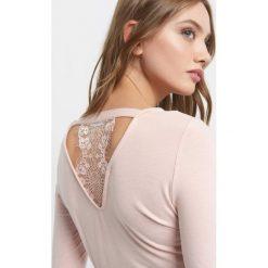 Koszulka z koronką. Brązowe bluzki damskie Orsay, w koronkowe wzory, z dzianiny, z dekoltem na plecach. Za 39.99 zł.