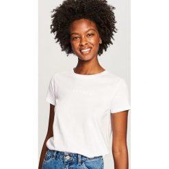 T-shirt Biały. Białe t-shirty damskie Reserved. Za 19.99 zł.
