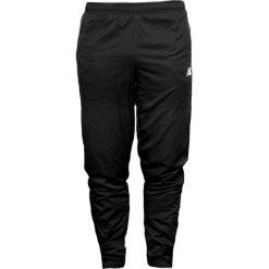 New Balance EMP6125BK. Czarne spodnie sportowe męskie New Balance, na jesień, z dresówki. W wyprzedaży za 179.99 zł.