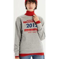 Bluza z kolorowym nadrukiem - Jasny szar. Szare bluzy damskie Sinsay, w kolorowe wzory. Za 39.99 zł.