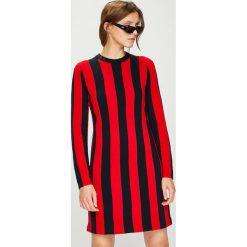 Calvin Klein - Sukienka. Szare sukienki damskie Calvin Klein, z dzianiny, casualowe, z okrągłym kołnierzem, z długim rękawem. W wyprzedaży za 639.90 zł.