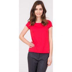 Malinowa bluzka z guzikami na plecach QUIOSQUE. Różowe bluzki damskie QUIOSQUE, z dzianiny, z dekoltem na plecach, z krótkim rękawem. W wyprzedaży za 59.99 zł.