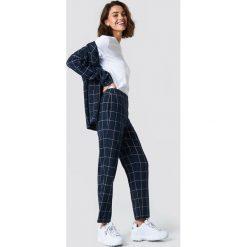 NA-KD Classic Proste spodnie garniturowe - Blue,Navy. Niebieskie spodnie materiałowe damskie NA-KD Classic, z tkaniny. Za 161.95 zł.
