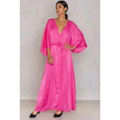 NA-KD Party Satynowa sukienka-płaszcz - Pink. Różowe płaszcze damskie NA-KD Party, z poliesteru. W wyprzedaży za 24.38 zł.