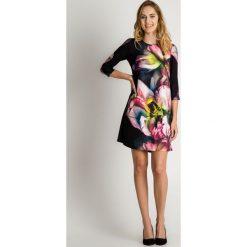 Granatowa krótka sukienka w kwiaty z rękawem 3/4 BIALCON. Szare sukienki damskie BIALCON, z aplikacjami, eleganckie, z krótkim rękawem. Za 345.00 zł.