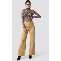 NA-KD Trend Rozszerzane spodnie - Beige. Brązowe spodnie materiałowe damskie NA-KD Trend. Za 121.95 zł.
