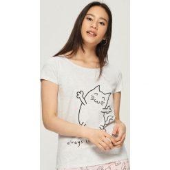 Piżama z nadrukiem w koty - Jasny szar. Szare piżamy damskie Sinsay, z nadrukiem. Za 39.99 zł.