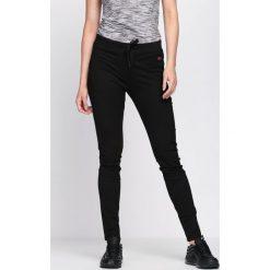 Czarne Spodnie Dresowe Along. Czarne spodnie dresowe damskie Born2be, z dresówki. Za 34.99 zł.