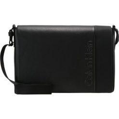 Calvin Klein ELEVATED LOGO MESSENGER WITH FLAP Torba na ramię black. Torby na laptopa męskie marki Kazar. W wyprzedaży za 494.10 zł.