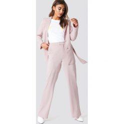 NA-KD Classic Dopasowane spodnie z szerokimi nogawkami - Pink. Spodnie materiałowe damskie NA-KD Classic, z haftami. Za 161.95 zł.