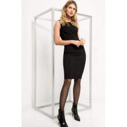 Dopasowana sukienka ze szwami. Czarne sukienki damskie Orsay, z elastanu, biznesowe, z dekoltem na plecach. Za 119.99 zł.