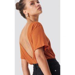 NA-KD Basic T-shirt z odkrytymi plecami - Orange. Pomarańczowe t-shirty damskie NA-KD Basic, z bawełny, z dekoltem na plecach. Za 52.95 zł.