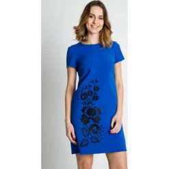 Niebieska sukienka z krótkim rękawem  BIALCON. Niebieskie sukienki damskie BIALCON, z haftami, z tkaniny, eleganckie, z kopertowym dekoltem, z krótkim rękawem. Za 369.00 zł.