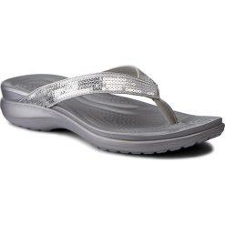 Japonki CROCS - Capri V Sequin W 204311 Silver. Szare klapki damskie Crocs, z materiału. W wyprzedaży za 159.00 zł.
