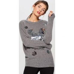 Sweter ze strukturalną aplikacją Mickey Mouse Special Collection - Szary. Szare swetry damskie Mohito. Za 129.99 zł.