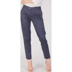 Klasyczne granatowe spodnie 7/8 QUIOSQUE. Niebieskie spodnie materiałowe damskie QUIOSQUE, w paski, z bawełny. W wyprzedaży za 79.99 zł.