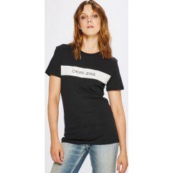 Calvin Klein Jeans - Top. Szare topy damskie Calvin Klein Jeans, z nadrukiem, z bawełny, z okrągłym kołnierzem, z krótkim rękawem. W wyprzedaży za 179.90 zł.
