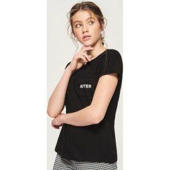 T-shirt z kieszenią - Czarny. Czarne t-shirty damskie Sinsay. Za 19.99 zł.