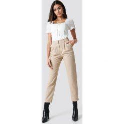 NA-KD Trend Spodnie garniturowe - Beige. Brązowe spodnie materiałowe damskie NA-KD Trend, w paski. Za 181.95 zł.