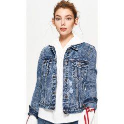 Granatowa kurtka jeansowa z przetarciami - Niebieski. Niebieskie kurtki damskie Cropp, z jeansu. Za 99.99 zł.