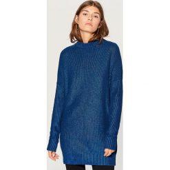 Długi sweter z półgolfem - Granatowy. Niebieskie swetry damskie Mohito. Za 129.99 zł.