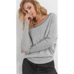 Luźny sweter z koralikami. Szare swetry damskie Orsay, z dzianiny. Za 99.99 zł.