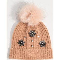 Czapka z aplikacją - Różowy. Czerwone czapki i kapelusze damskie Mohito. Za 49.99 zł.