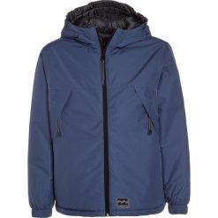 Billabong TRADEWINDS REVERSIBLE Kurtka zimowa dark blue. Kurtki i płaszcze dla chłopców Billabong, na zimę, z materiału. W wyprzedaży za 367.20 zł.