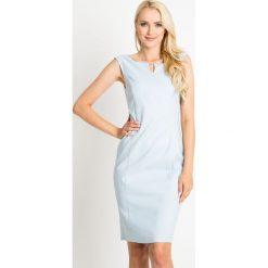 Błękitna ołówkowa sukienka QUIOSQUE. Niebieskie sukienki damskie QUIOSQUE, eleganckie, z kopertowym dekoltem, bez rękawów. W wyprzedaży za 89.99 zł.