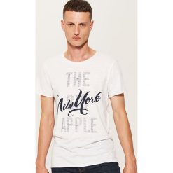 T-shirt z napisem - Kremowy. Białe t-shirty męskie House, z napisami. W wyprzedaży za 19.99 zł.