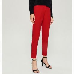Spodnie Chino - Czerwony. Czerwone spodnie materiałowe damskie Sinsay. Za 59.99 zł.