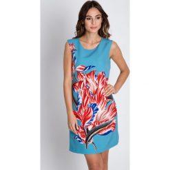 Lekka sukienka bez rękawów BIALCON. Szare sukienki damskie BIALCON, na lato, w kolorowe wzory, eleganckie, z kopertowym dekoltem, bez rękawów. W wyprzedaży za 209.00 zł.