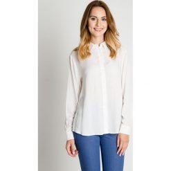 Klasyczna luźna koszula ecru BIALCON. Białe koszule damskie BIALCON, klasyczne, z klasycznym kołnierzykiem. W wyprzedaży za 100.00 zł.