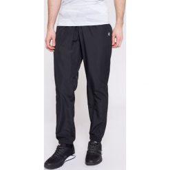 Spodnie treningowe męskie SPMTR001 - głęboka czerń. Czarne spodnie sportowe męskie 4f, z materiału. W wyprzedaży za 129.99 zł.