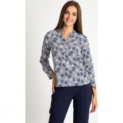 Koszulowa bluzka z dekoltem V QUIOSQUE. Szare bluzki damskie QUIOSQUE, z nadrukiem, z tkaniny, biznesowe, z klasycznym kołnierzykiem. W wyprzedaży za 69.99 zł.