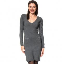 Sukienka w kolorze antracytowym. Szare sukienki damskie Assuili, z kaszmiru, klasyczne. W wyprzedaży za 136.95 zł.