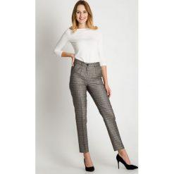 Eleganckie spodnie w drobne wzory BIALCON. Białe spodnie materiałowe damskie BIALCON. W wyprzedaży za 98.00 zł.