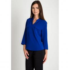 Kobaltowa bluzka z dekoltem V QUIOSQUE. Niebieskie bluzki damskie QUIOSQUE, z tkaniny, eleganckie, dekolt w kształcie v. Za 139.99 zł.