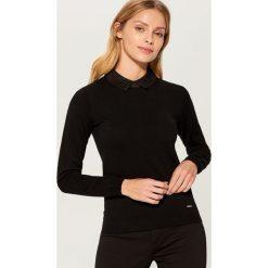 Sweter z ozdobnym kołnierzykiem - Czarny. Czarne swetry damskie Mohito. Za 99.99 zł.