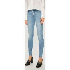 Guess Jeans - Jeansy 1981. Niebieskie jeansy damskie Guess Jeans. W wyprzedaży za 369.90 zł.