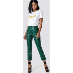 NA-KD Trend Spodnie wężowy wzór - Green. Zielone spodnie materiałowe damskie NA-KD Trend, z nadrukiem, ze skóry. Za 202.95 zł.