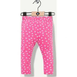 Spodnie w kolorze fuksji. Spodnie materiałowe dla dziewczynek Grain de blé et Lisa Rose. W wyprzedaży za 29.95 zł.