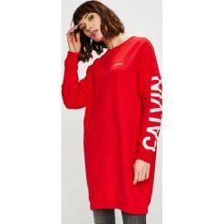 Calvin Klein Jeans - Sukienka. Czerwone sukienki damskie Calvin Klein Jeans, z nadrukiem, z bawełny, casualowe. Za 499.90 zł.