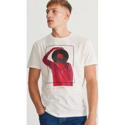 T-shirt z motywem muzycznym - Kremowy. Białe t-shirty męskie Reserved. Za 39.99 zł.