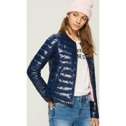 Pikowana kurtka z połyskiem - Granatowy. Niebieskie kurtki damskie Sinsay. W wyprzedaży za 59.99 zł.