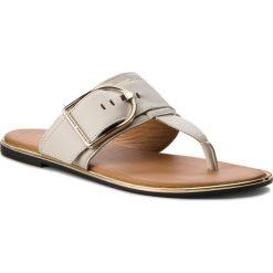 Japonki TOMMY HILFIGER - Flat Sandal Oversized Buckle FW0FW02577 Whisper White 121. Białe klapki damskie Tommy Hilfiger, ze skóry. W wyprzedaży za 269.00 zł.